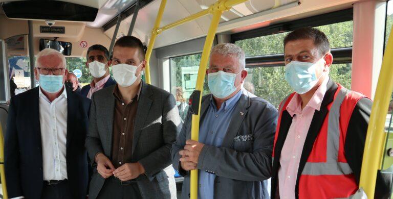 Personnes-bus- électrique- mobilité durable -